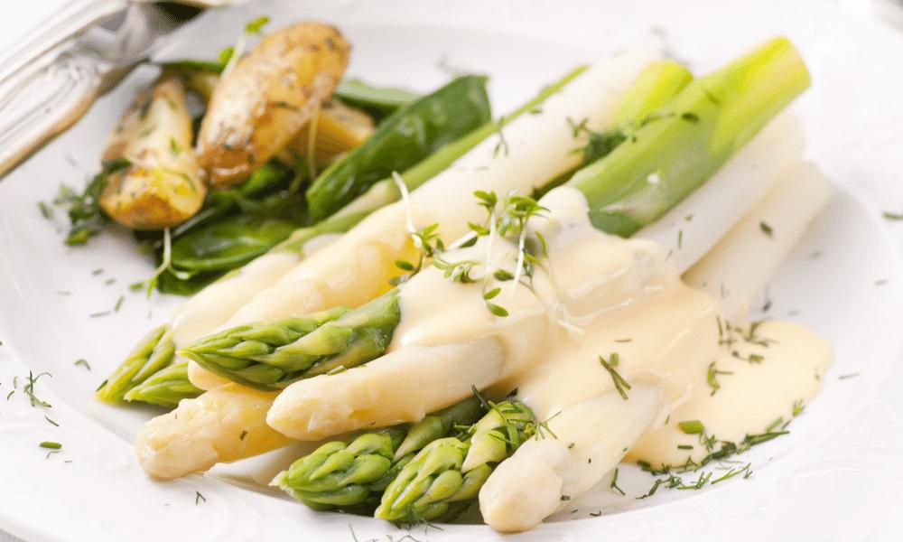 Gegrilde asperges met vegan hollandaisesaus