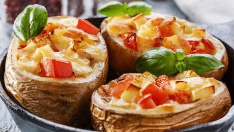Gevulde aardappel op de BBQ met tomaat en (vegan) kaas