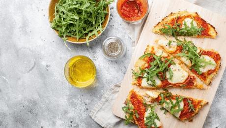 Bloemkoolpizza met tomatensaus en mozzarella