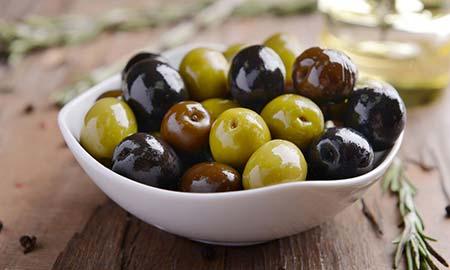 Maak zelf gemarineerde olijven en tomaten met verse kruiden